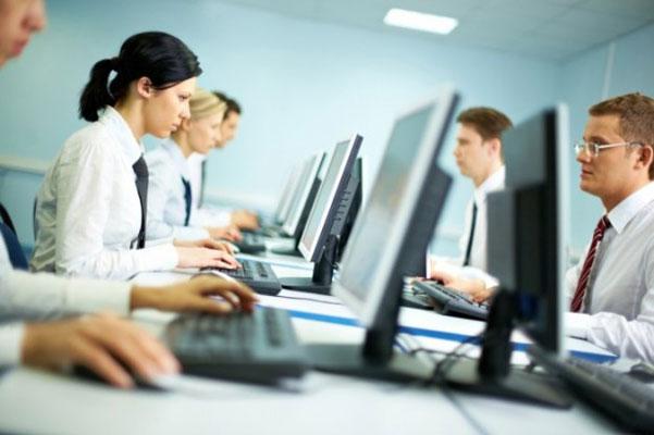 Intenret ured ljudi i računala